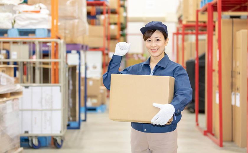 物流倉庫で元気に働く女性スタッフ