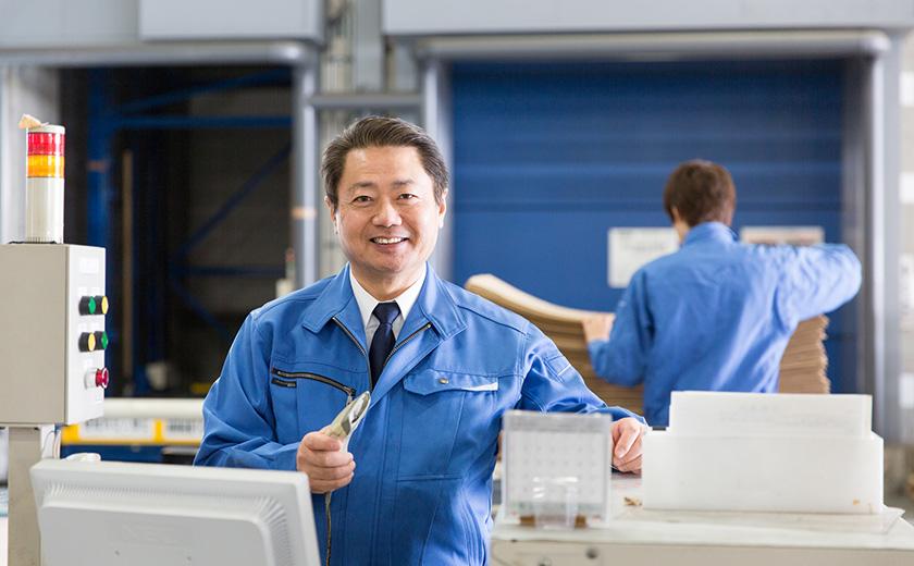 物流倉庫で作業をする男性