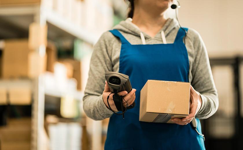 出荷・入荷検品を行う物流倉庫のスタッフ